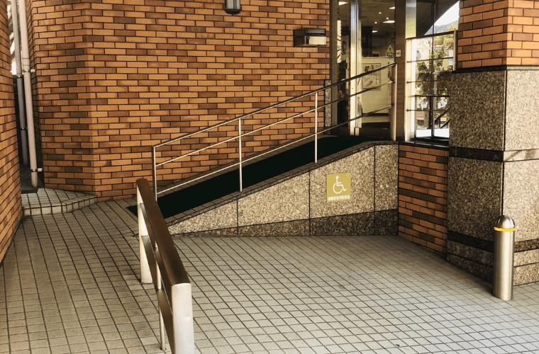 スロープ・優先駐車場